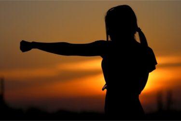 femme en position de combat